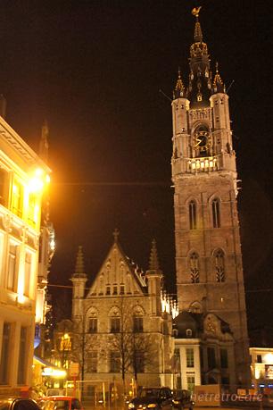 北から見た 夜の鐘楼と繊維ホール