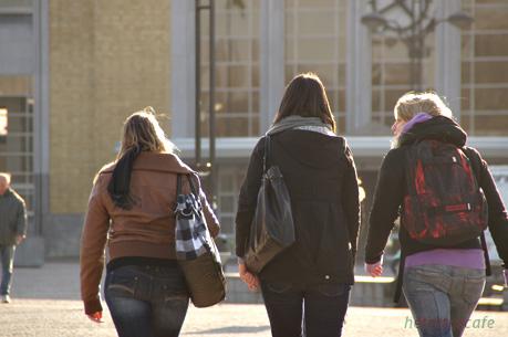 駅に向かう女子たち