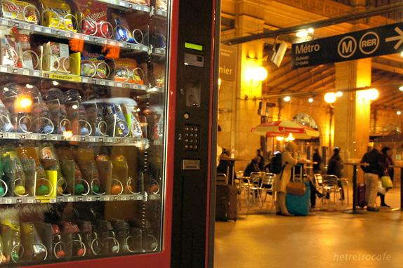 北駅 自販機と列車を待つ人